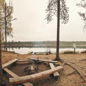 Kuvassa nuotiopaikka järven rannalla