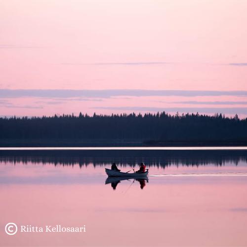 kuvassa vene järvellä