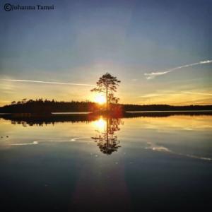 Kuvassa auringonlasku järvellä